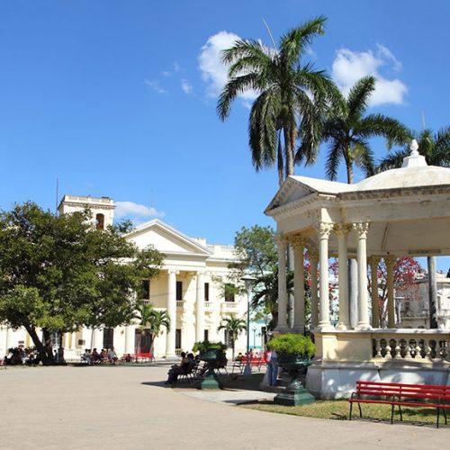 Piazza principale a Santa Clara, Cuba. Palme.
