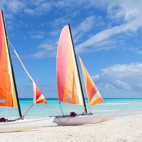 Cayo-Santa-Maria-Spiaggia-con-catamarani