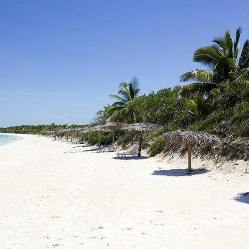 Cayo-Santa-Maria-spiaggia-con-ombrelloni
