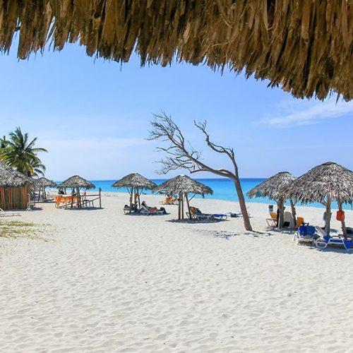 Spiaggia con ombrelloni Varadero Cuba
